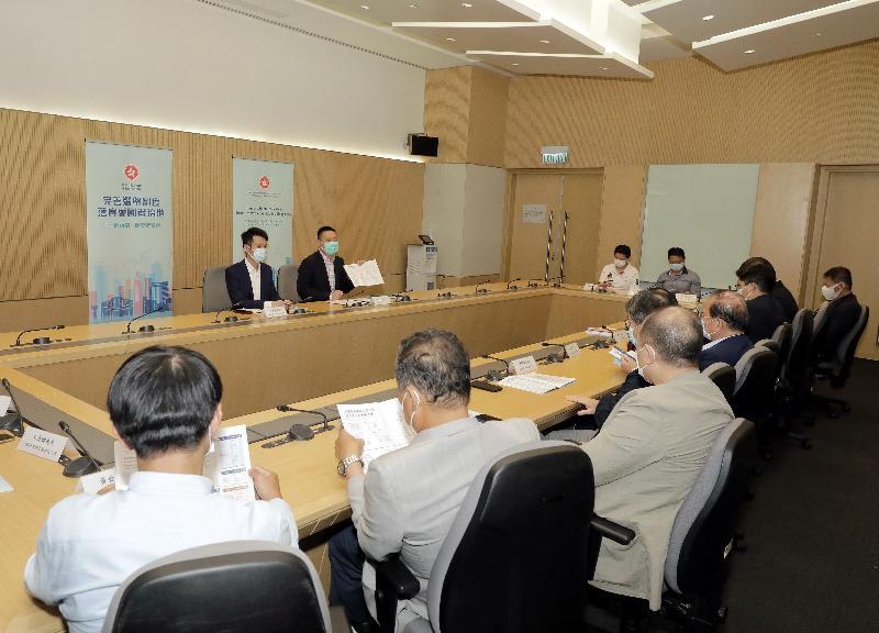 民政事務局局長徐英偉今日(四月六日)舉行三場解說會,向體育及文化界說明完善香港選舉制度的必要性和迫切性。