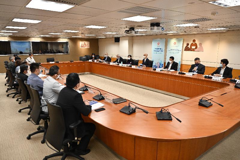 環境局局長黃錦星今日(四月七日)出席四場解說會,就完善香港特別行政區選舉制度向地區組織代表進行解說,讓更多地區人士了解並支持有關工作。