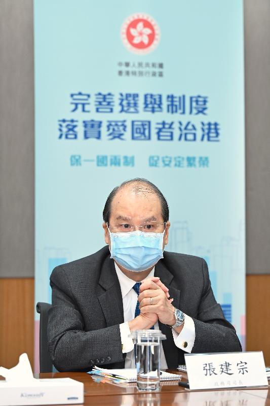 政務司司長張建宗今日(四月七日)主持三場解說會,與部分立法會議員及全國性團體的港人代表會面,就完善香港特別行政區選舉制度繼續進行解說。圖示張建宗在其中一場解說會發言。