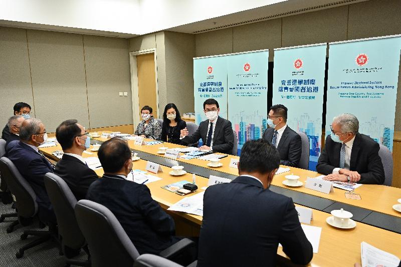 商務及經濟發展局局長邱騰華今日(四月八日)就完善香港選舉制度舉行解說會。圖示邱騰華(右三)與批發及零售界代表會面。