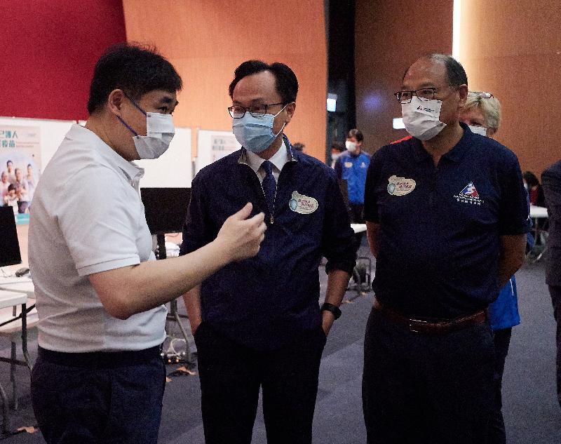 公務員事務局局長聶德權今日(四月八日)到訪香港體育學院(體院)。圖示聶德權(中)和體院主席林大輝博士(右)聽取體院副院長蔡玉坤(左)講解運動員及教練接種新冠疫苗的情況。