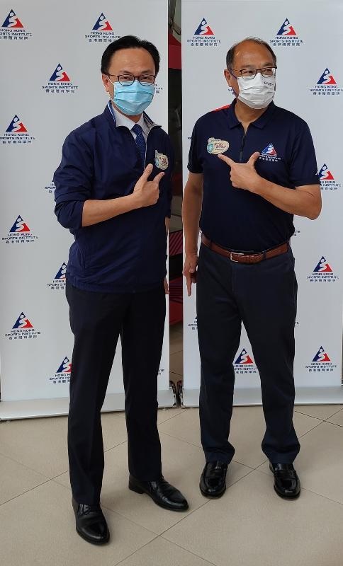 公務員事務局局長聶德權(左)今日(四月八日)到訪香港體育學院(體院),與體院主席林大輝博士(右)一同視察運動員及教練接種新冠疫苗的情況。