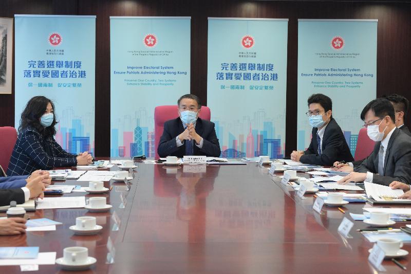 財經事務及庫務局局長許正宇(左二)今日(四月八日)會見金融界別的代表,就完善香港特別行政區選舉制度向他們解說全國人民代表大會常務委員會修訂《基本法》附件一《香港特別行政區行政長官的產生辦法》和附件二《香港特別行政區立法會的產生辦法和表決程序》的內容。財經事務及庫務局常任秘書長(財經事務)甄美薇(左一)、財經事務及庫務局副局長陳浩濂(右二)及金融界功能界別立法會議員陳振英(右一)亦有出席。