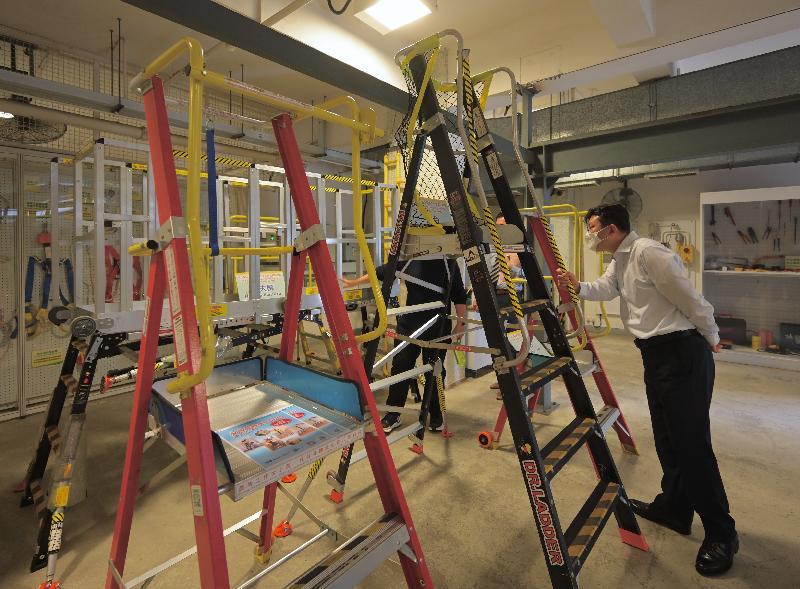 勞工處處長孫玉菡今日(四月八日)到訪職業安全健康局的職安健學院。圖示孫玉菡參觀展示改良版梯台及功夫櫈的實習場。