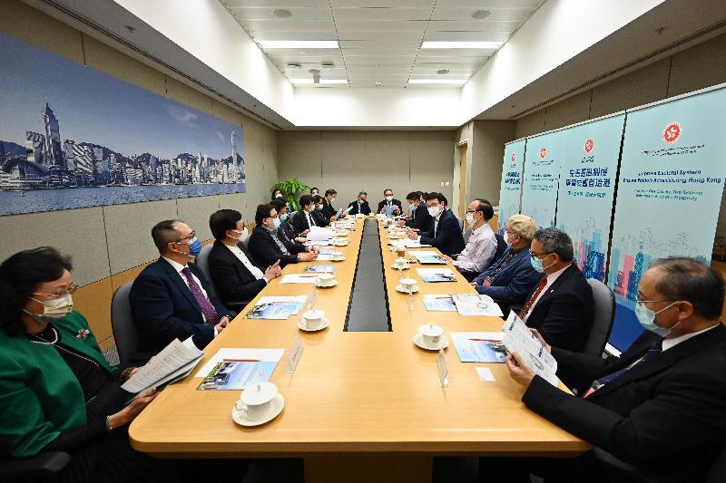 商务及经济发展局局长邱腾华(右五)今日(四月十二日)就完善香港选举制度与出版界代表会面。