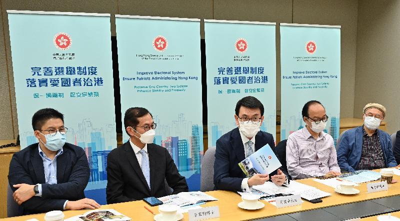 商务及经济发展局局长邱腾华(中)今日(四月十二日)就完善香港选举制度与出版界代表会面。