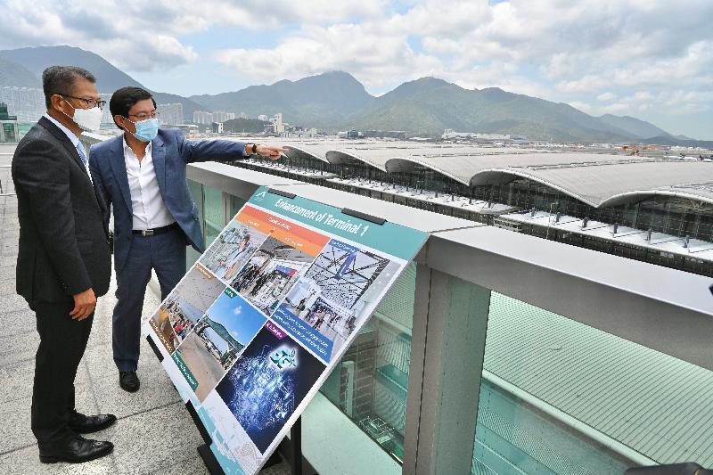 財政司司長陳茂波今日(四月十二日)視察香港國際機場及機場三跑道系統的工地,了解香港機場管理局(機管局)各主要項目的進展。圖示陳茂波(左)聽取機管局行政總裁林天福(右)講解有關「機場城市」策略下各項目的進展。