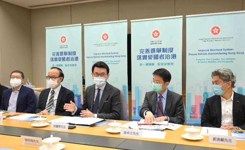 商務及經濟發展局局長邱騰華(中)今日(四月十三日)就完善香港選舉制度與廣播、電影、音樂、演藝界等代表會面。