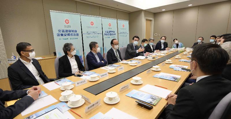 商務及經濟發展局局長邱騰華(左五)今日(四月十三日)就完善香港選舉制度與廣播、電影、音樂、演藝界等代表會面。