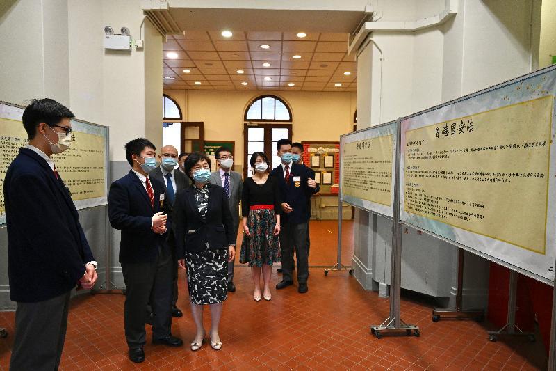 教育局聯同全港學校今日(四月十五日)舉辦多項配合「全民國家安全教育日」的學生活動,推動國家安全教育。教育局副局長蔡若蓮博士(左四)到訪英皇書院,並聽取學生介紹有關《香港國安法》的展示板。