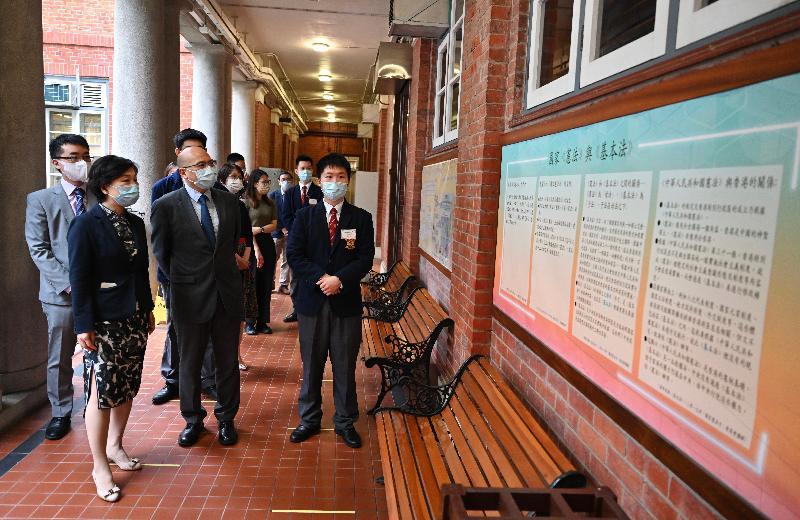 教育局聯同全港學校今日(四月十五日)舉辦多項配合「全民國家安全教育日」的學生活動,推動國家安全教育。教育局副局長蔡若蓮博士(左二)到訪英皇書院,在校長鄧啟澤(左三)陪同下,觀看學校有關《憲法》及《基本法》的壁報板。