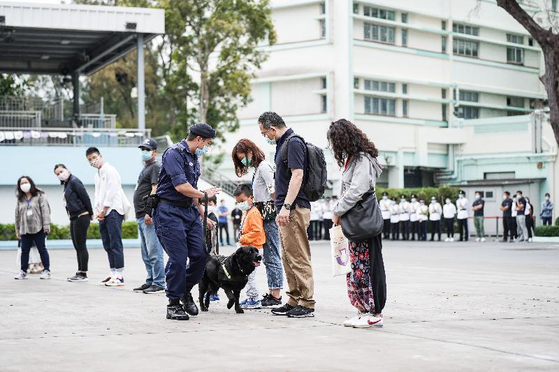 懲教署積極響應及支持今日(四月十五日)的「全民國家安全教育日」,並於該署的職員訓練院舉辦開放日。圖示警衛犬隊示範。