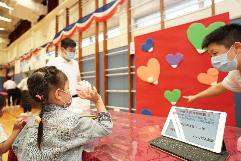 懲教署積極響應及支持今日(四月十五日)的「全民國家安全教育日」,並於該署的職員訓練院舉辦開放日。圖示市民參加攤位遊戲。