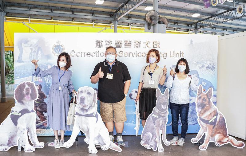 懲教署積極響應及支持今日(四月十五日)的「全民國家安全教育日」,並於該署的職員訓練院舉辦開放日。圖示市民在3D立體攝影區「打卡」留念。