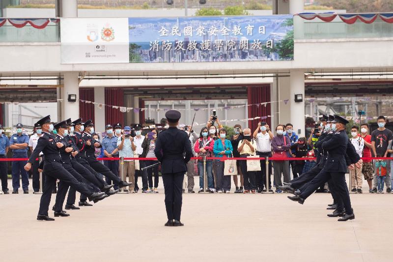 消防處今日(四月十五日)在消防及救護學院舉行開放日,向參觀市民介紹學院內的訓練設施,並安排不同的示範、體驗和表演活動。圖示消防及救護人員表演中式步操。