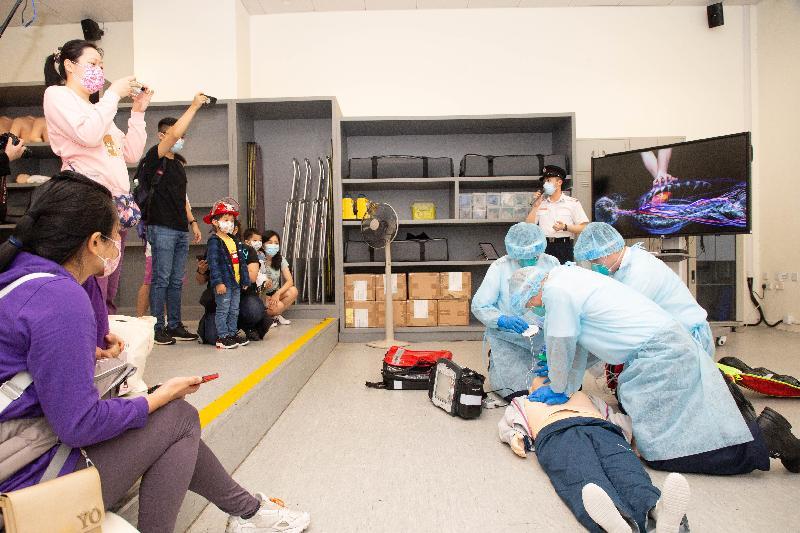 消防處今日(四月十五日)在消防及救護學院舉行開放日。圖示救護人員示範心肺復甦法。