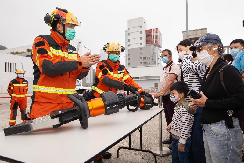 消防處今日(四月十五日)在消防及救護學院舉行開放日。圖示坍塌搜救專隊人員介紹處理嚴重事故所使用的救援工具,讓市民對相關的拯救工作有進一步認識。