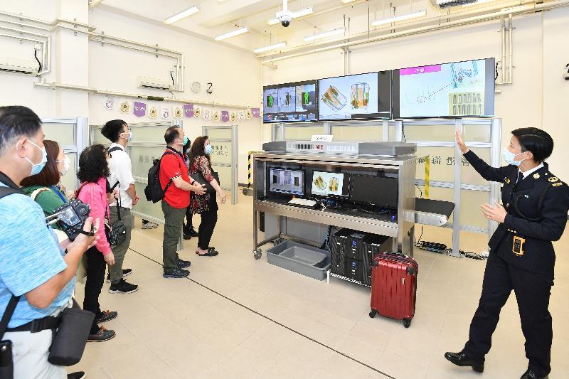香港海關全力響應「全民國家安全教育日」,今日(四月十五日)於香港海關學院舉辦開放日。圖示入場人士參觀專業發展訓練大樓。