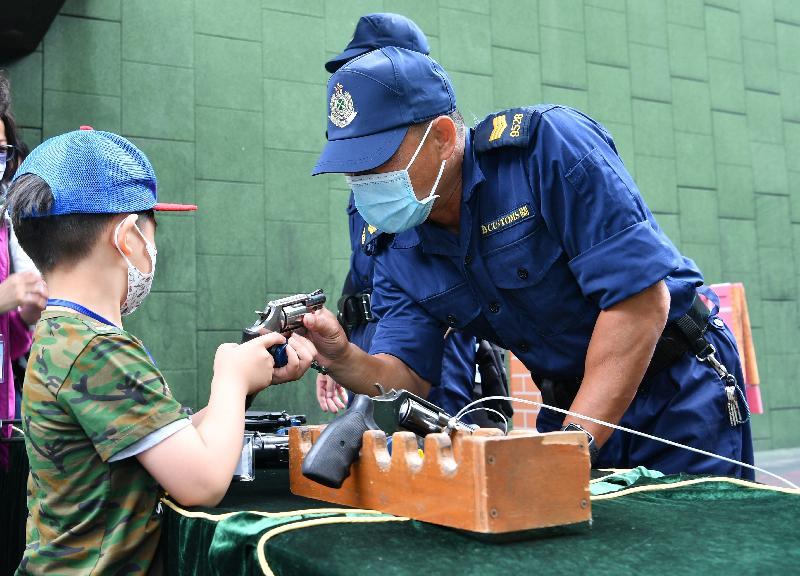 香港海關全力響應「全民國家安全教育日」,今日(四月十五日)於香港海關學院舉辦開放日。圖示入場人士參觀室外靶場。