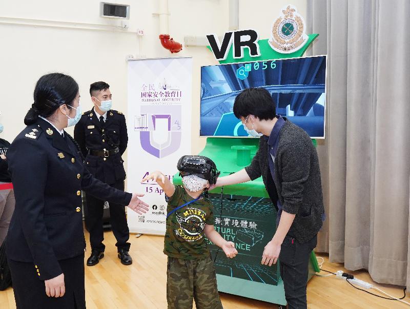 香港海關全力響應「全民國家安全教育日」,今日(四月十五日)於香港海關學院舉辦開放日。圖示入場人士透過虛擬實境體驗違禁品搜查工作。