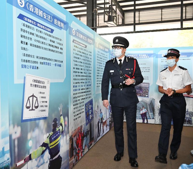 警務處今日(四月十五日)在警察學院舉辦「全民國家安全教育日」開放日活動。圖為警務處處長鄧炳強參觀國家安全教育展覽。