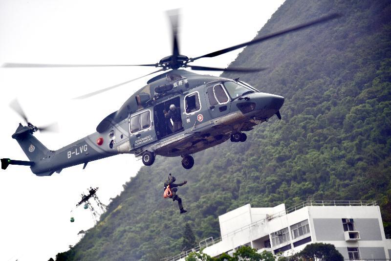 政府飛行服務隊今日(四月十五日)參與在香港警察學院舉辦的「全民國家安全教育日」開放日活動。圖示飛行服務隊演示救援吊運。