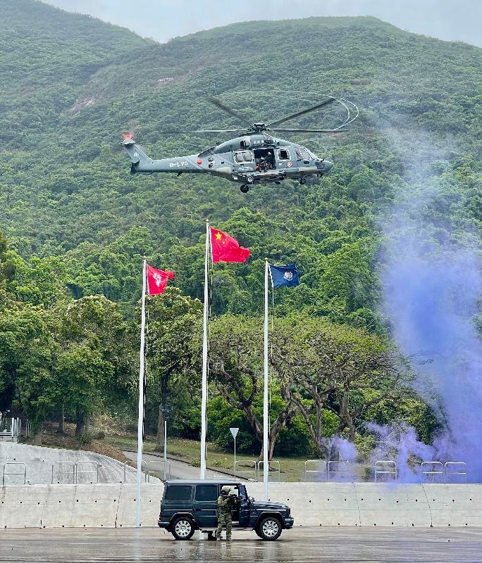 政府飛行服務隊今日(四月十五日)參與在香港警察學院舉辦的「全民國家安全教育日」開放日活動。圖示飛行服務隊夥拍特別任務連(飛虎隊)作反恐演練。