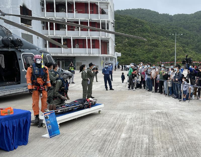 政府飛行服務隊今日(四月十五日)參與在消防及救護學院舉辦的「全民國家安全教育日」開放日活動。圖示飛行服務隊向公眾介紹直升機和搜救設備。