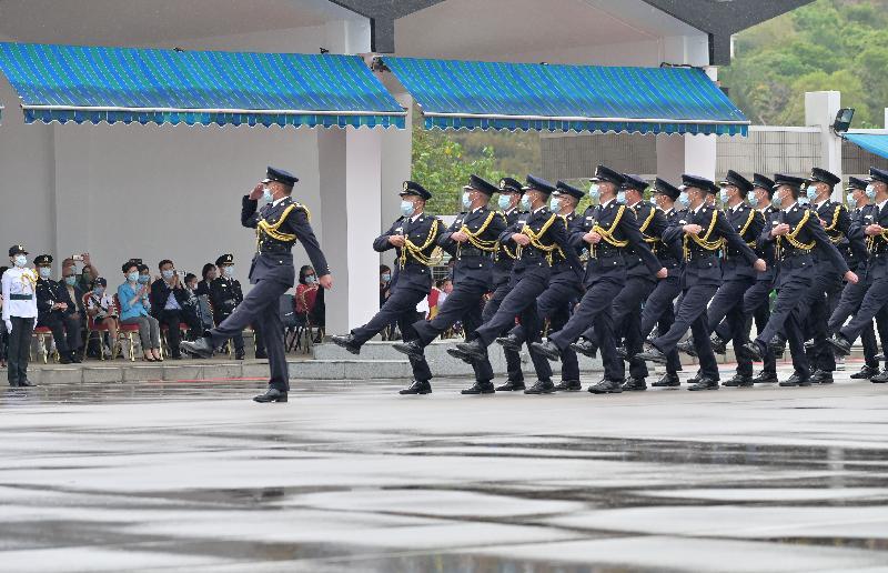 行政長官林鄭月娥今日(四月十五日)到位於屯門的香港海關學院,與市民一同參與紀律部隊訓練學校為響應「全民國家安全教育日」而舉辦的開放日活動。圖示林鄭月娥(前排左三)觀看儀仗隊步操表演。