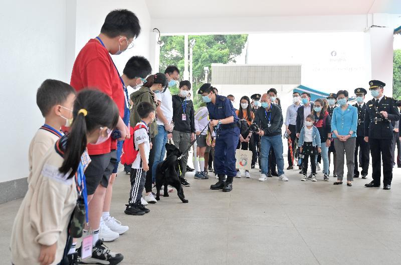 行政長官林鄭月娥今日(四月十五日)到位於屯門的香港海關學院,與市民一同參與紀律部隊訓練學校為響應「全民國家安全教育日」而舉辦的開放日活動。圖示林鄭月娥(前排右二)與市民觀看海關搜查犬的工作示範。