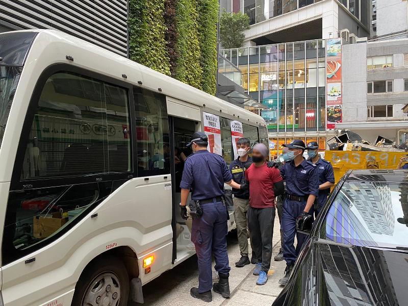 入境事務處一連四日(四月十二至十五日)在全港各區展開一連串反非法勞工行動,包括「曙光行動」、「滙力行動」及連同警務處執行的「冠軍行動」及「權能者行動」。圖示懷疑非法勞工在行動中被捕。