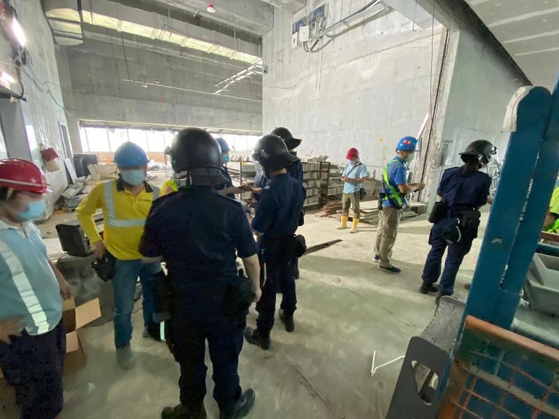 入境事務處一連四日(四月十二至十五日)在全港各區展開一連串反非法勞工行動,包括「曙光行動」、「滙力行動」及連同警務處執行的「冠軍行動」及「權能者行動」。圖示入境處人員正在進行身分證明文件檢查。