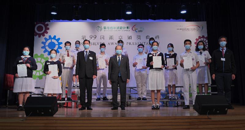 政務司司長張建宗(前排中)今日(四月十九日)出席香港青年獎勵計劃第99屆銀章頒獎典禮,並與香港青年獎勵計劃理事會主席羅仁禮(前排左三)和部分得獎者合照。