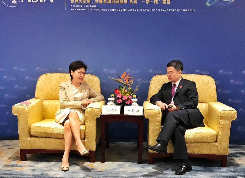 行政長官林鄭月娥今日(四月二十日)於海南出席博鰲亞洲論壇2021年年會。圖示林鄭月娥(左)與中國證券監督管理委員會副主席方星海(右)會面。