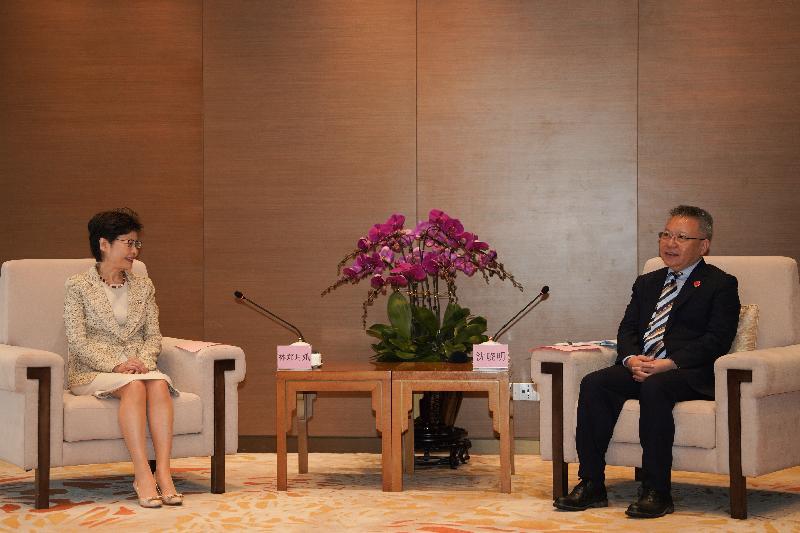 行政長官林鄭月娥(左)昨日(四月十九日)在海南與海南省委書記沈曉明(右)會面。