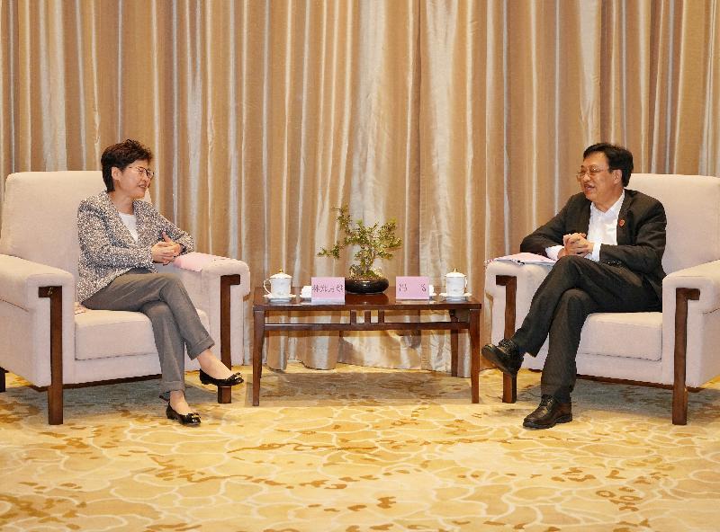 行政長官林鄭月娥今日(四月二十日)於海南出席博鰲亞洲論壇2021年年會。圖示林鄭月娥(左)與海南省省長馮飛(右)會面。