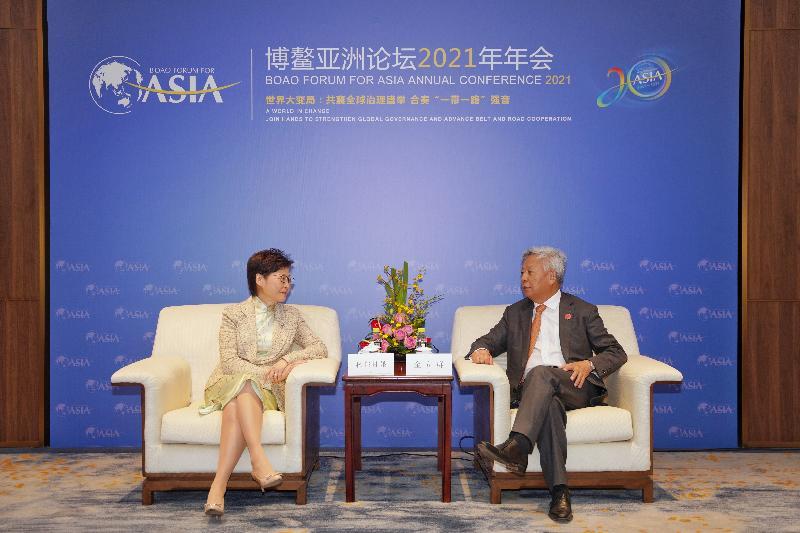 行政長官林鄭月娥今日(四月二十日)於海南出席博鰲亞洲論壇2021年年會。圖示林鄭月娥(左)與亞洲基礎設施投資銀行行長金立群(右)會面。