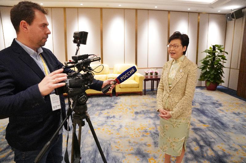 行政長官林鄭月娥(右)今日(四月二十日)分別接受了香港和國際媒體訪問。