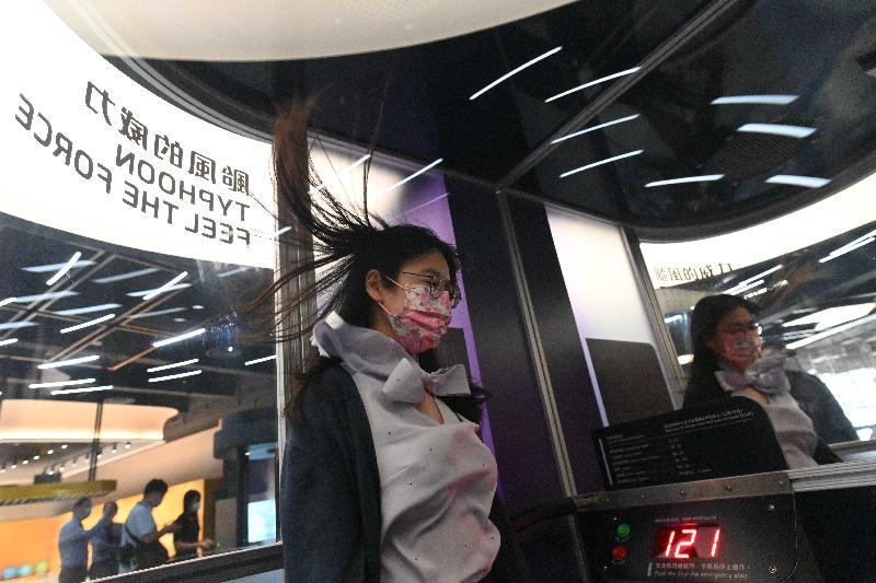 香港科學館全新「地球科學廳」明日(四月二十三日)起開放予市民參觀。圖示颱風模擬室,參觀者可親身體驗每小時高達約一百二十公里風速的威力。