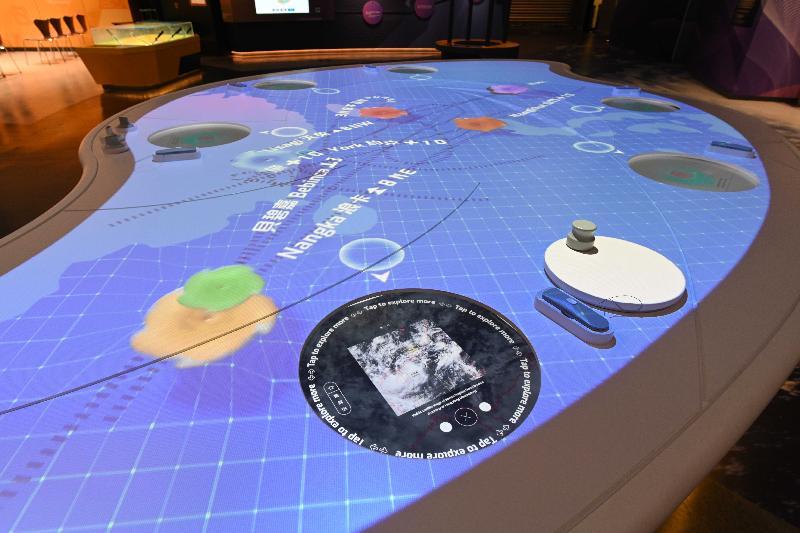 香港科學館全新「地球科學廳」明日(四月二十三日)起開放予市民參觀。圖示介紹颱風科學知識的互動展品。