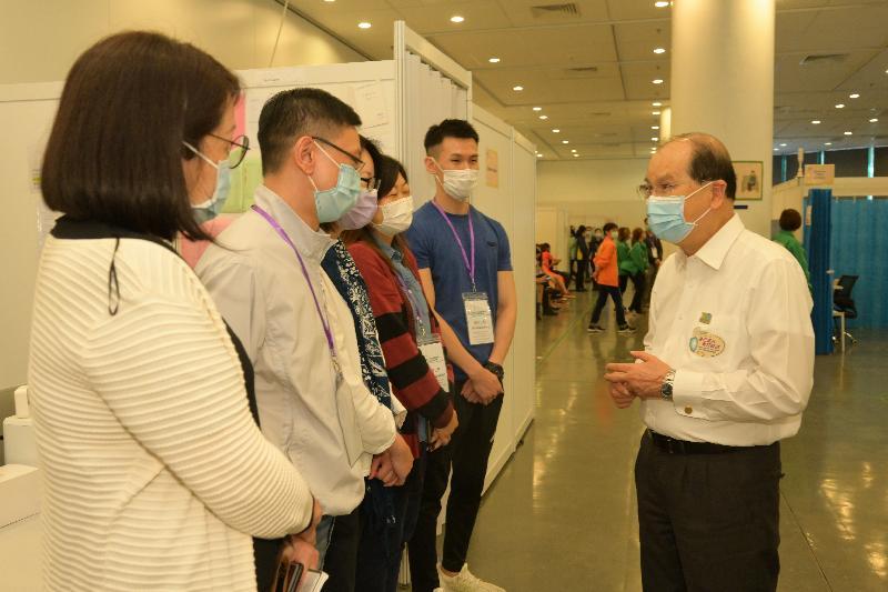 政務司司長兼青年發展委員會主席張建宗今日(四月二十九日)到訪位於香港中央圖書館的社區疫苗接種中心。圖示張建宗(右一)與該中心的工作人員交流,了解其工作情況。