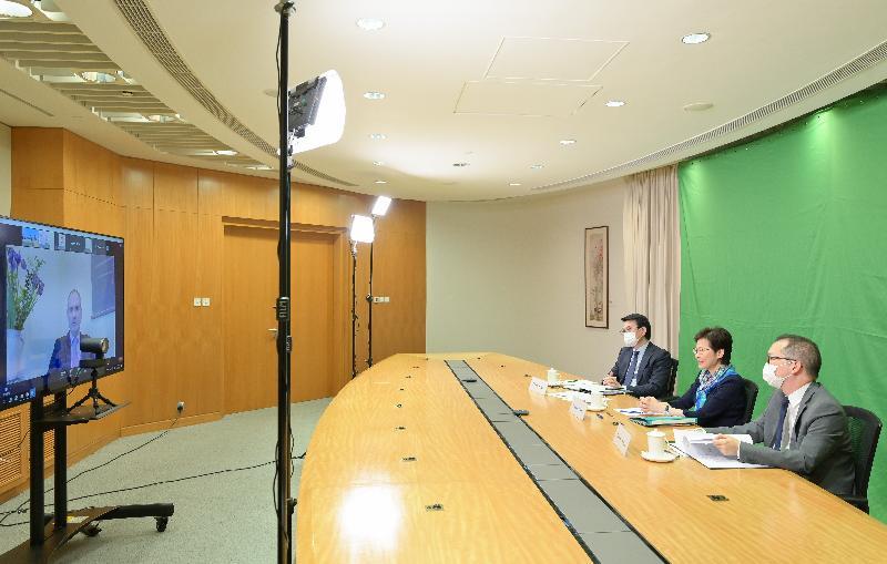 行政長官林鄭月娥(中)今日(五月六日)出席由香港駐悉尼經濟貿易辦事處主辦、投資推廣署協辦的網上研討會。商務及經濟發展局局長邱騰華(左)和粵港澳大灣區發展專員袁民忠(右)亦有出席。