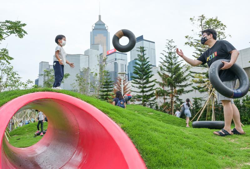 連接金鐘添馬和香港會議展覽中心的灣仔海濱長廊今日(五月七日)進一步開放,為灣仔海濱增添一個可以飽覽維多利亞港,又充滿童趣的綠色空間。圖示發展局海港辦事處早前與智樂兒童遊樂協會合作,以「期間限定」的形式於海濱長廊的草地上提供「自由遊戲」體驗。