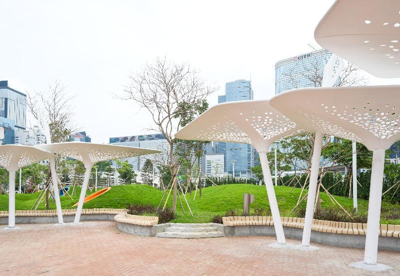 連接金鐘添馬和香港會議展覽中心的灣仔海濱長廊今日(五月七日)進一步開放。新開放的空間設有多款涼亭、桌椅和觀景小丘,讓遊人閒坐歇息。