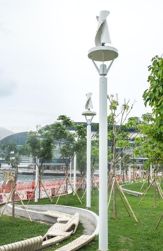 連接金鐘添馬和香港會議展覽中心的灣仔海濱長廊今日(五月七日)進一步開放。新開放的空間增添了不少可持續的元素,包括風力發電照明系統。