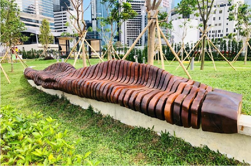 連接金鐘添馬和香港會議展覽中心的灣仔海濱長廊今日(五月七日)進一步開放。圖示由香港木庫利用在颱風中倒塌的樹木而建造的「小島•小息」公共藝術座椅。