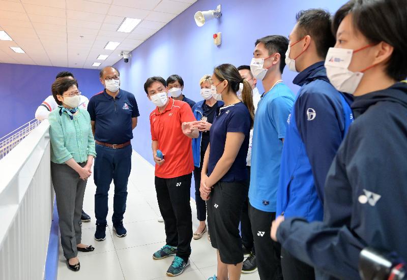 行政長官林鄭月娥今日(五月十一日)下午到訪香港體育學院(體院),了解運動員積極備戰東京奧運會的情況。圖示林鄭月娥(左一)與羽毛球隊教練和運動員交談。旁為體院董事局主席林大輝博士(左二)。