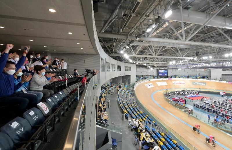 行政長官林鄭月娥今日(五月十四日)晚上與民政事務局局長徐英偉到香港單車館觀看「2021 UCI國家盃場地單車賽(中國香港)」,為參賽的香港運動員打氣。