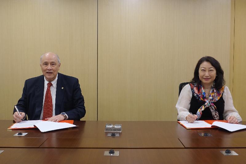 律政司司長鄭若驊資深大律師(右)今日(五月二十日)與亞洲國際法律研究院主席梁定邦資深大律師(左)就管理香港法律雲端基金簽署諒解備忘錄。