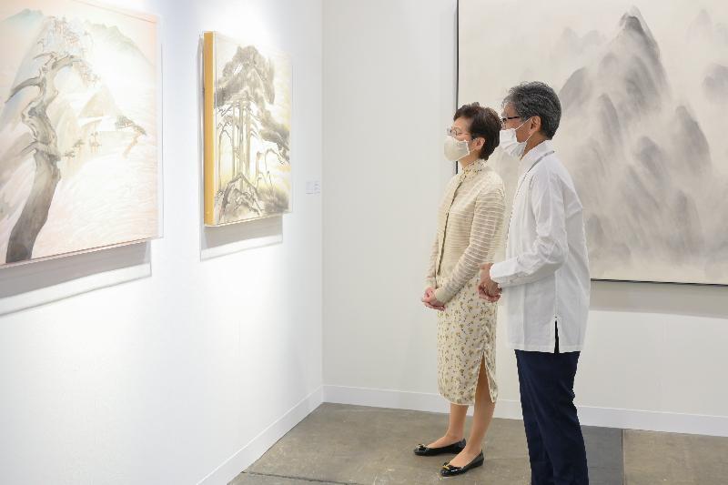 行政長官林鄭月娥(左)今日(五月二十日)到灣仔香港會議展覽中心參觀第九屆巴塞爾藝術展香港展會。